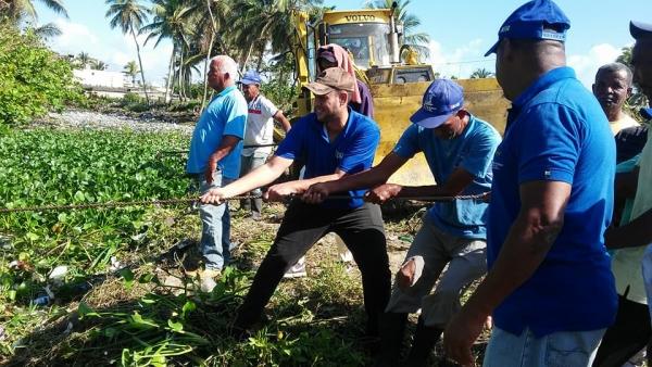 Brigada del Ayuntamiento encabezada por el Alcalde realiza limpieza de la cañada más importante de la ciudad